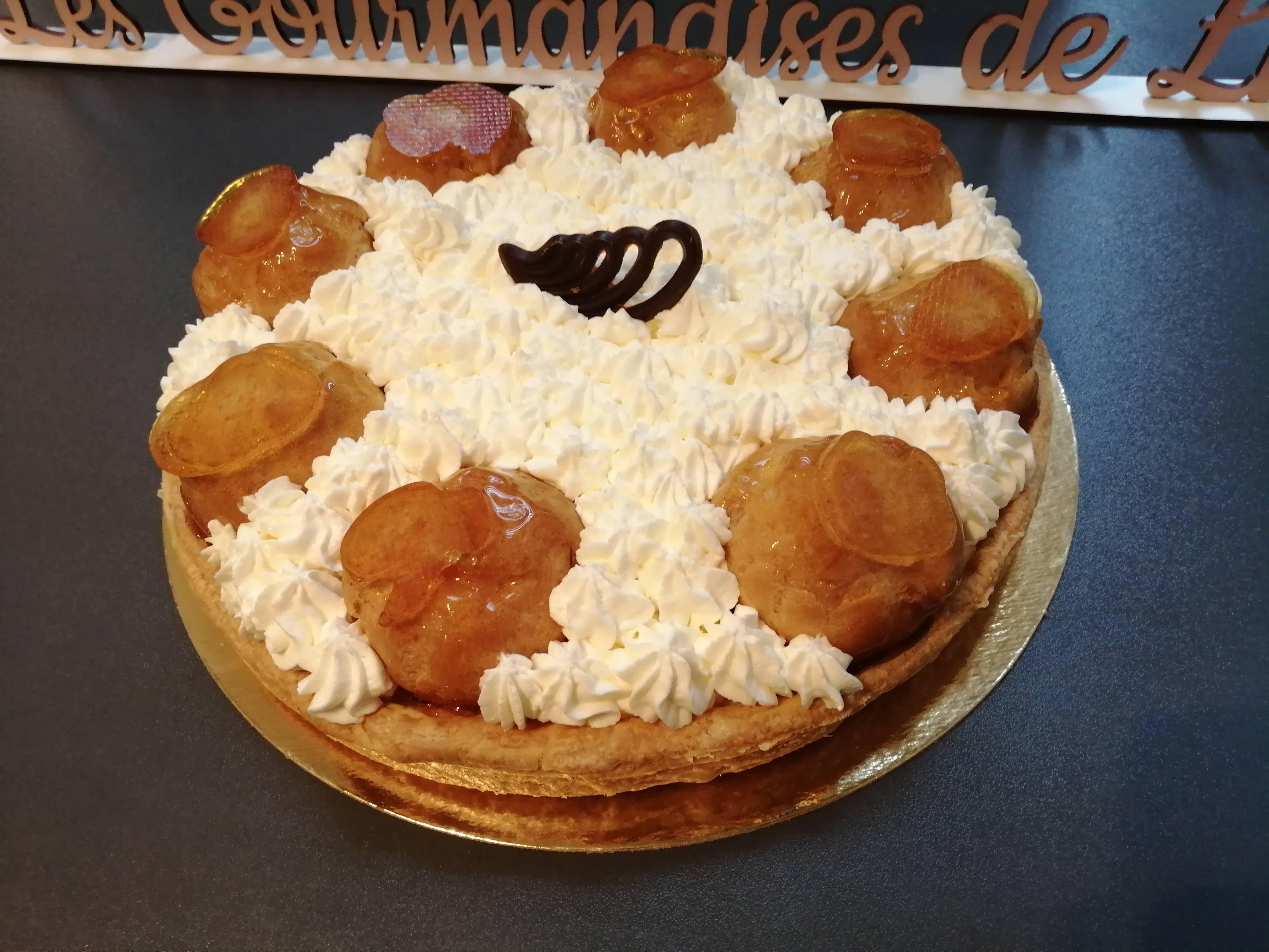 St Honoré classique : pâte feuilletée, pâte à choux, crème légère, chantilly.