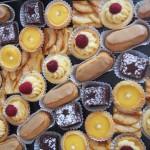Minis : éclairs au café, tartelettes citron, brownies, tartelettes framboises, tarte aux pommes.