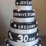 gâteau noir étoiles blanches