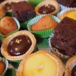 tartelettes au citron, minis brownies aux noix, tartelettes au chocolat, minis madeleines au miel.